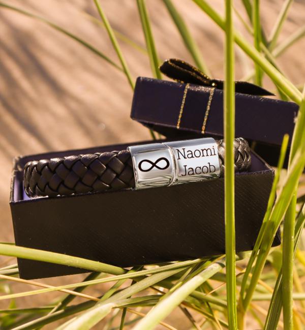 Sieraden graveren Black bracelet for men 'Leather' with custom handwritting