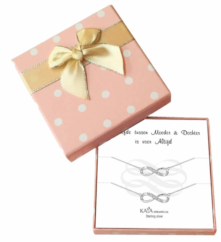KAYA sieraden Cadeaudoosje 'De liefde tussen moeder & dochter is voor altijd' met twee armbandjes  Infinity Crystal