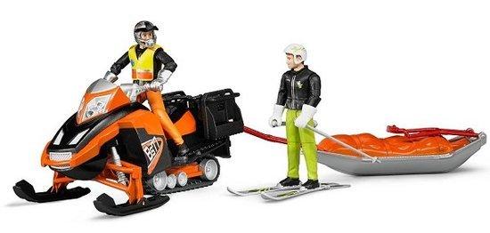 Bruder Bruder sneeuwscooter met Akia slee en skiër