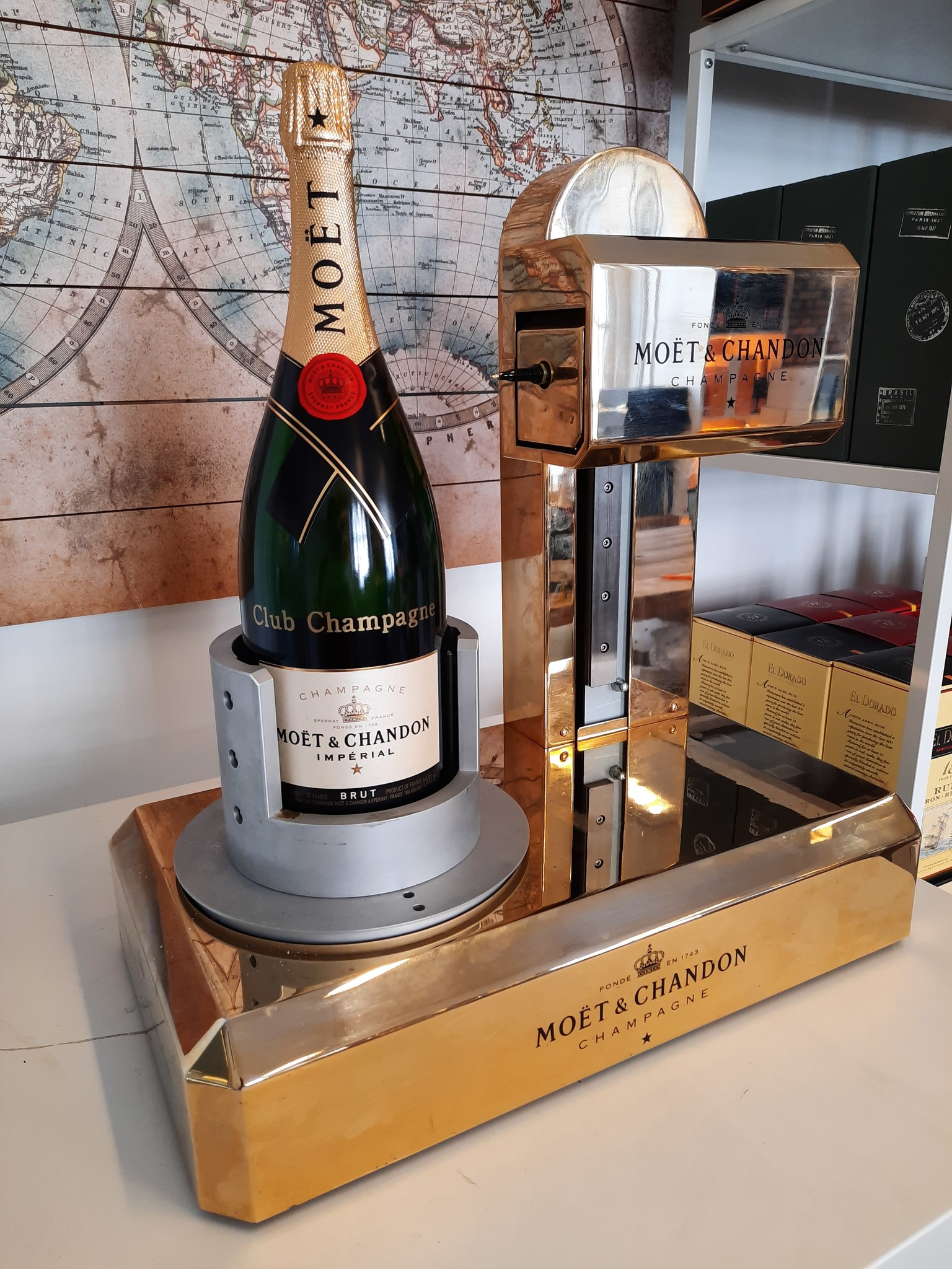 PERSBERICHT: Club Champagne bedrukt met gouden robotarm gouden tekst op Moët & Chandon flessen