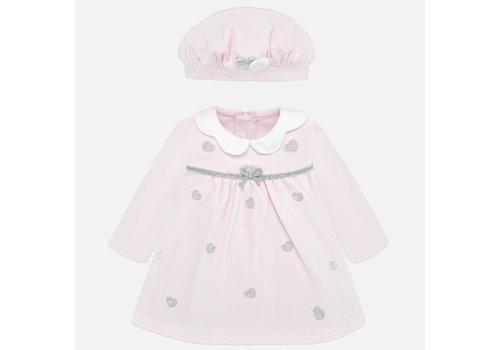 Mayoral Hellrosa Babykleid mit passender Mütze.