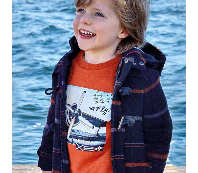Die Strickjacke des schönen orange Jungen mit Anwendung des Flugzeuges
