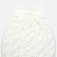 Set aus weißem Hut, Fäustlingen und Schal