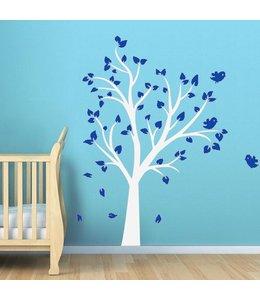 Muursticker witte boom met blauwe blaadjes