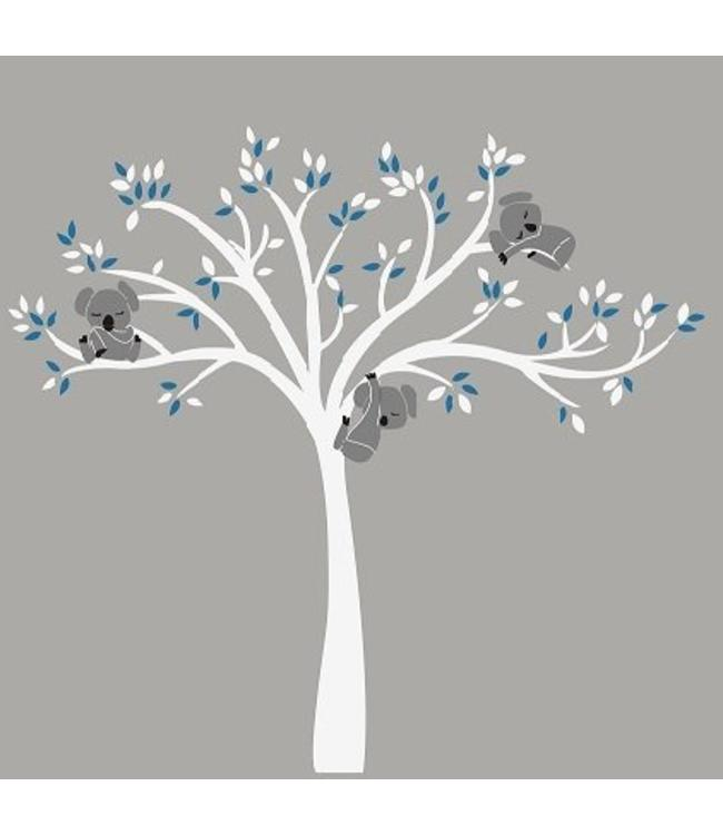 Muursticker witte boom met drie slapende koala beertjes blauw
