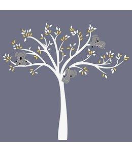 Muursticker witte boom met drie slapende koala beertjes geel