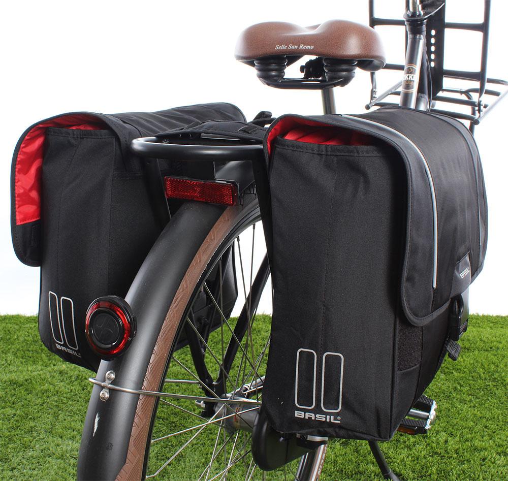 f22e4d12882 De basil sport design dubbele fietstas heeft een inhoud van 32 liter en is  gemaakt van