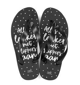 Zoedt Zwarte slippers met tekst 'Alles is leuker met slippers aan'