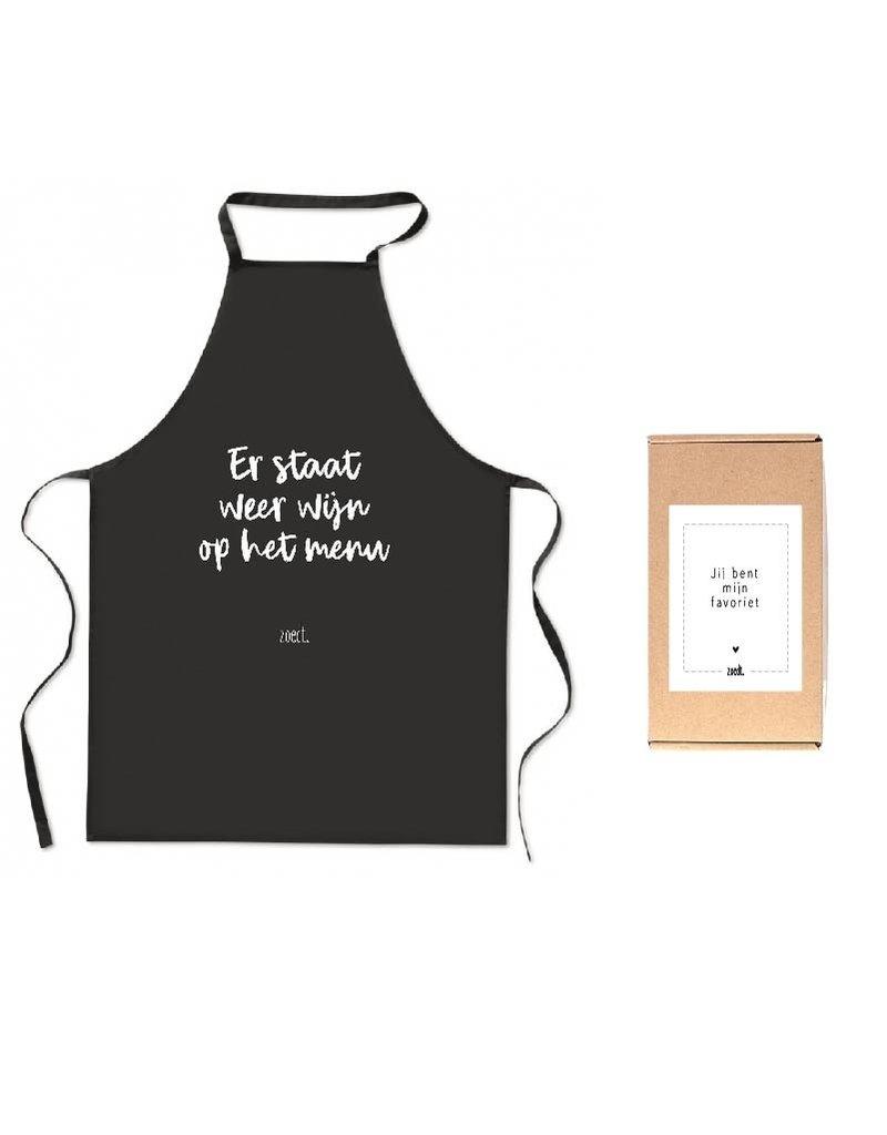 Zoedt Schort met tekst 'Er staat weer wijn op het menu' in cadeauverpakking