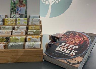 http://www.werfzeep.blog/samenwerkingen-nl/uitgelicht-het-zeepboek-in-winkels/