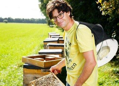 http://www.werfzeep.blog/op-bezoek-bij-nl/bijzondere-biologische-bijen-en-honing/