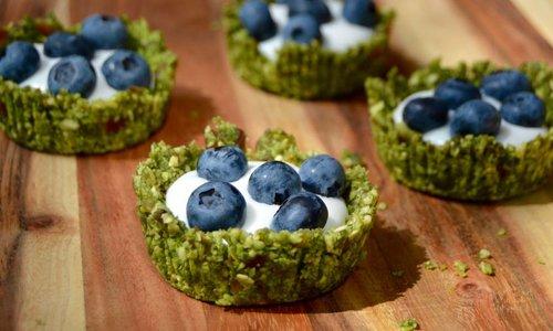 Matcha kokostaartjes met yoghurt en blauwe bessen