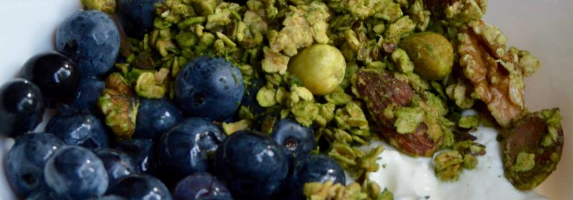 Matcha granola met blauwe bessen