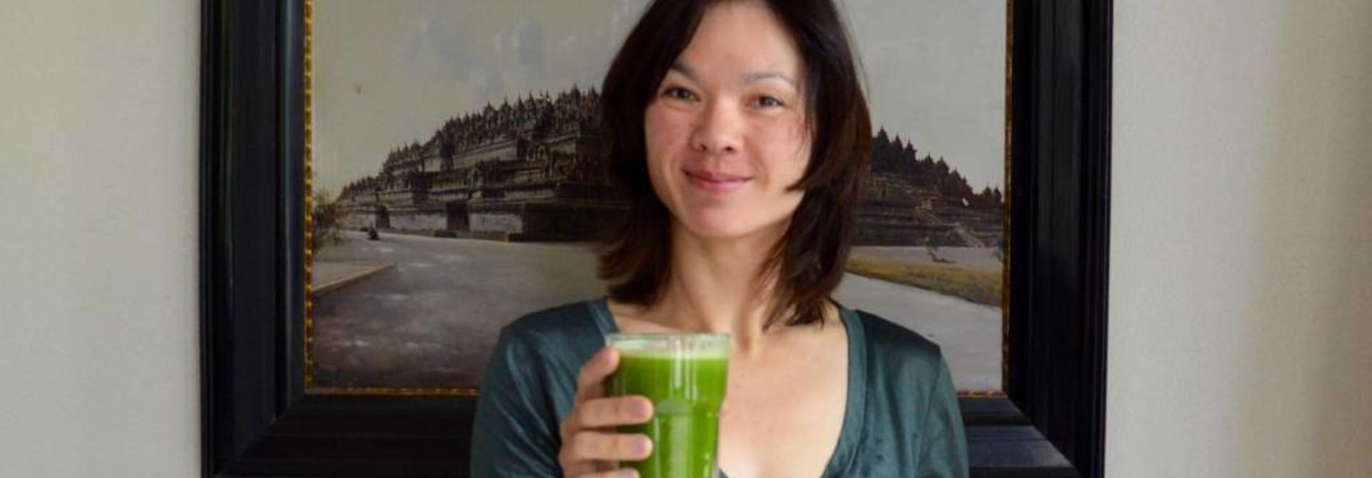 Groen detox sap met matcha, selder, komkommer, citroen en gember