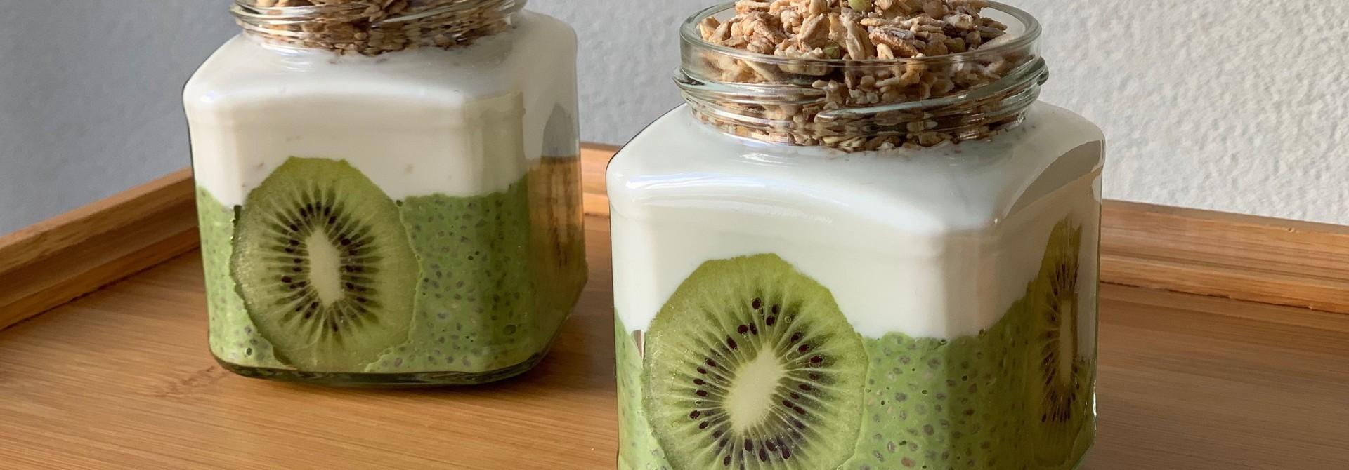 Matcha chia pudding met kiwi, kefir en granola