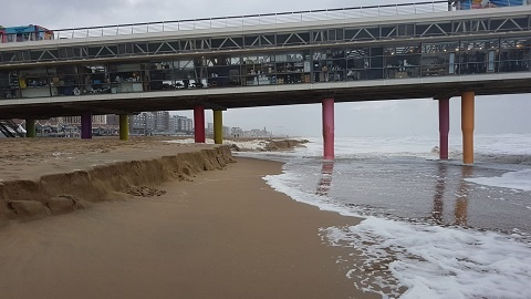 strand zeef RVS RVS strandzeef - steel is van carbon. lengte 115 cm.