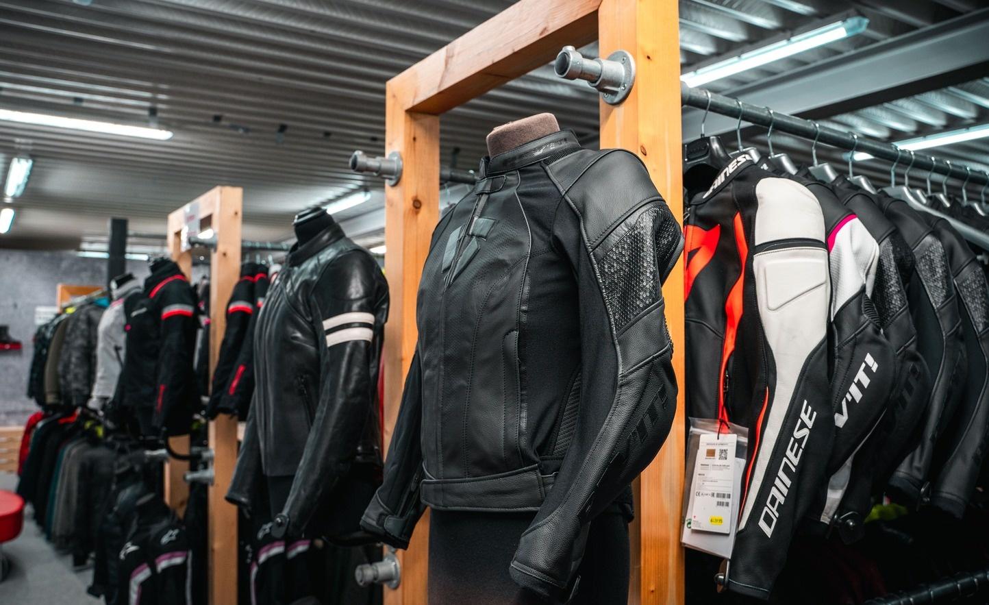 Nog een impressie van MKC Moto Kortrijk store afbeelding nummer 3