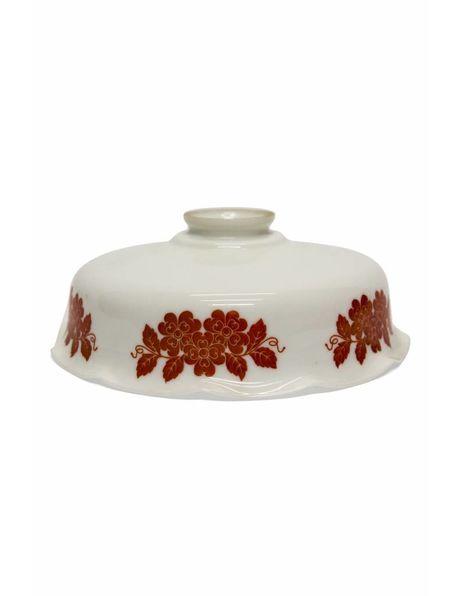 Wit glazen lampenkap uit ongeveer 1920, gedecoreerd met rode bloemen