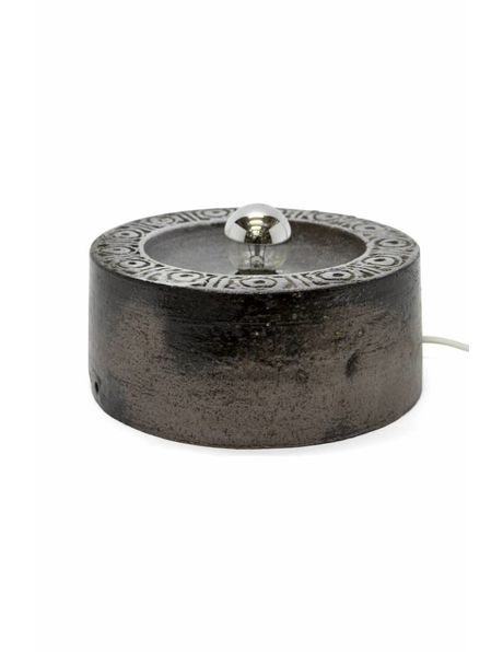 Kleine tafellamp van bruin keramiek met sierrand, ca 1960