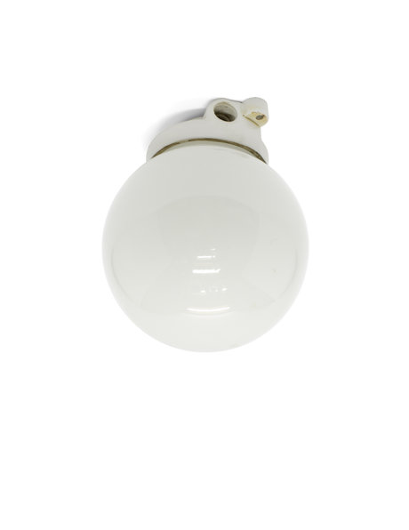 Industriele plafondlamp, witte bol in porseleinen houder, ca. 1930