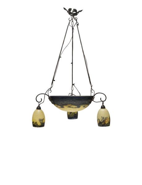 Gesigneerde hanglamp van mondgeblazen glas met smeedijzer armatuur, ca. 1930