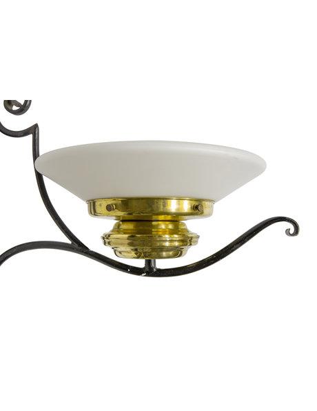 Smeedijzeren wandlamp met glazen lampenkap, ca. 1940