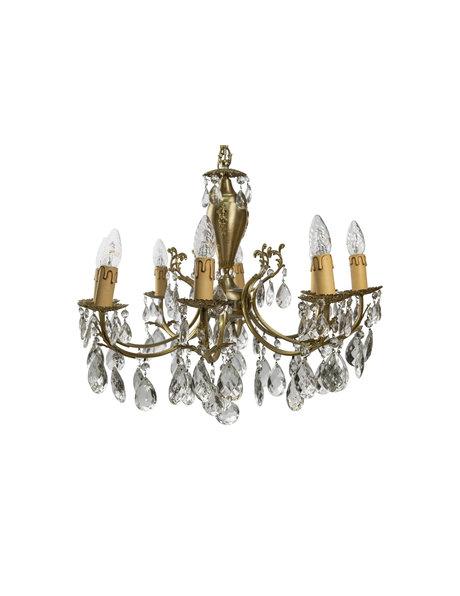 Oude kroonluchter met 8 kaarsen tussen kristalglas