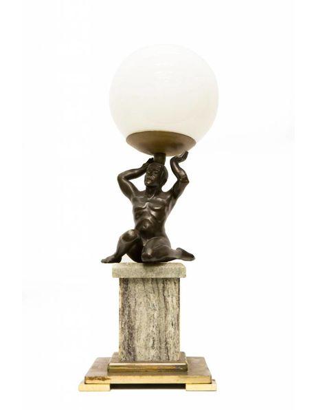 Antieke tafellamp, marmeren voet met beeld van man die licht draagt, ca. 1930