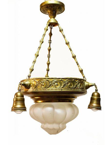 Antieke hanglamp, koper armatuur met drie losse kapjes en mat glazen bel in het midden, ca. 1920