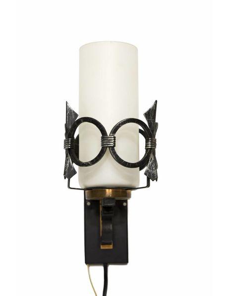 Retro wandlamp, wit glas met metalen rand. ca. 1960