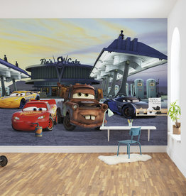 Disney Edition 4 Kinderbehang Komar - Kinderkamer behang CARS 3 STATION