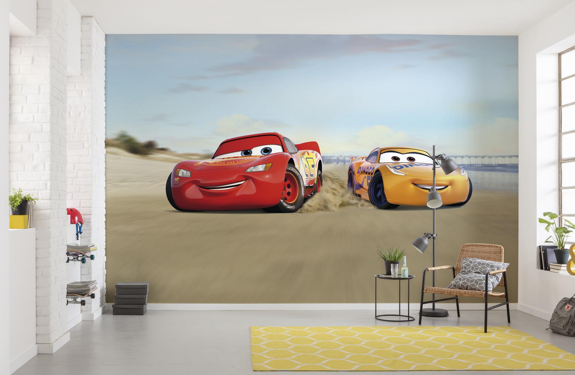 Disney Edition 4 Kinderbehang Komar - Kinderkamer behang CARS BEACH RACE