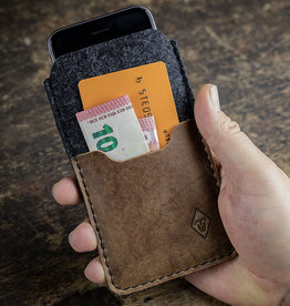 SCHUTZGEHÄUSE for iPhone felt sleeve with rustic, brown vintage leather