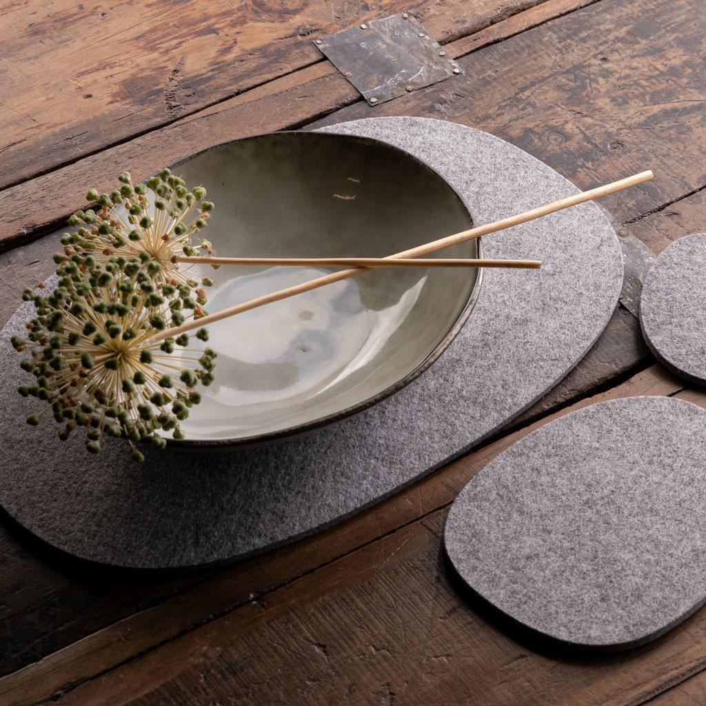 Filz Tischset, Untersetzer oder Mitteldecke hell grau meliert – KIESEL