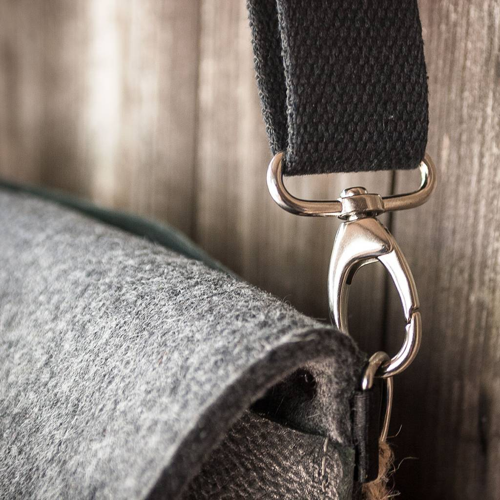 crossbody bag, black leather and felt, messenger bag Charakterstück