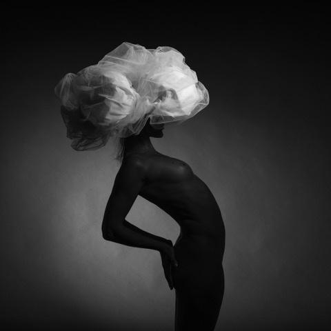 Umo Art Gallery Black model and big white hat 4.