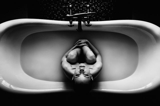 Umo Art Gallery Sitting in the bathtub