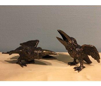 Kibbelend kraaienpaar van brons