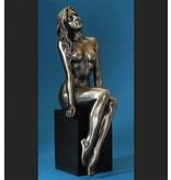 BodyTalk Nackte Frau, die auf schwarzem Sockel sitzt