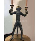 Mono de pie en aspecto antiguo, candelabro de mono