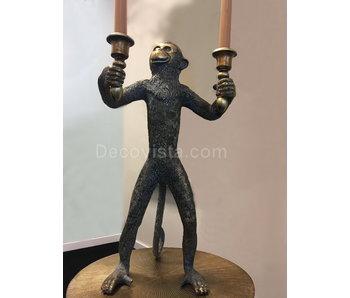Mono con candelabros