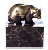 Gehender Pandabär aus Bronze auf einem geäderten Natursteinblock