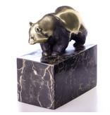 Wandelende pandabeer van brons op een blok geaderd natuursteen
