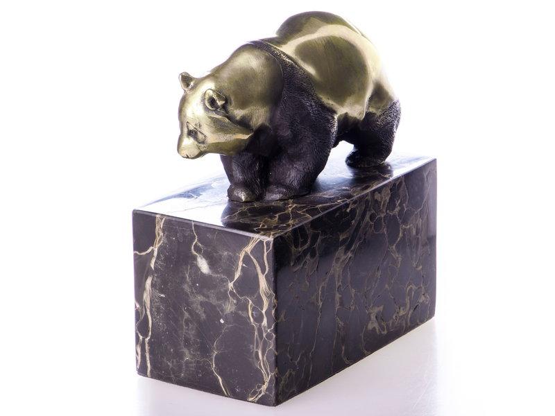 Oso panda caminando hecho de bronce sobre un bloque de piedra natural veteada