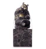 Oso panda tumbado de bronce sobre un bloque de piedra natural veteada