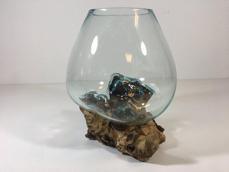 Bowl of vaas van  gesmolten glas over houten  stronk
