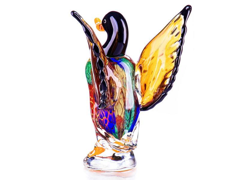 Gläserne männliche Ente mit erhobenen Flügeln.