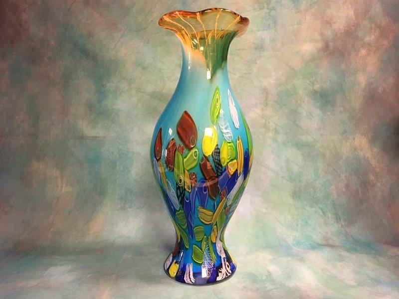 Jarrón de diseño de cristal turquesa y cuello ámbar.
