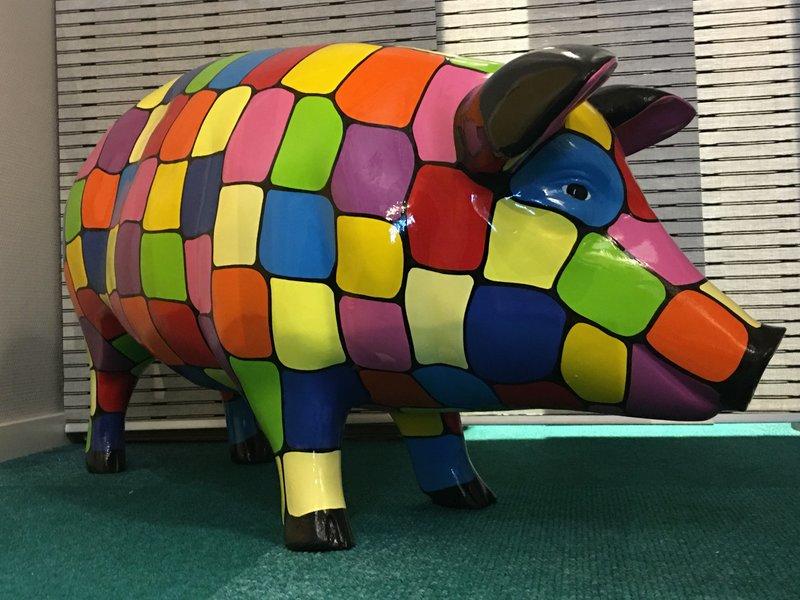 Groot  en vrolijk gekleurd varken van polyester - weerbestendige tuindecoratie