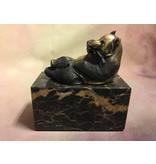 Liegender Pandabär aus Bronze auf einem Block aus geädertem Naturstein